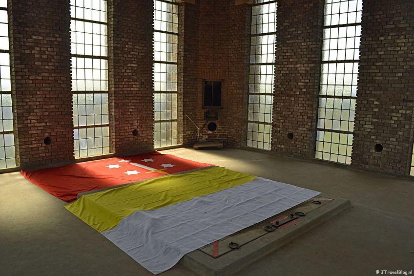 Vlaggen op de grond in de lege ruimte in de mannentoren van de KoepelKathedraal in Haarlem