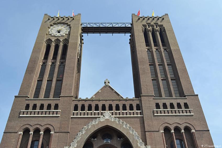De Vrouwentoren (links met klok) en de Mannentoren (rechts) van de KoepelKathedraal in Haarlem