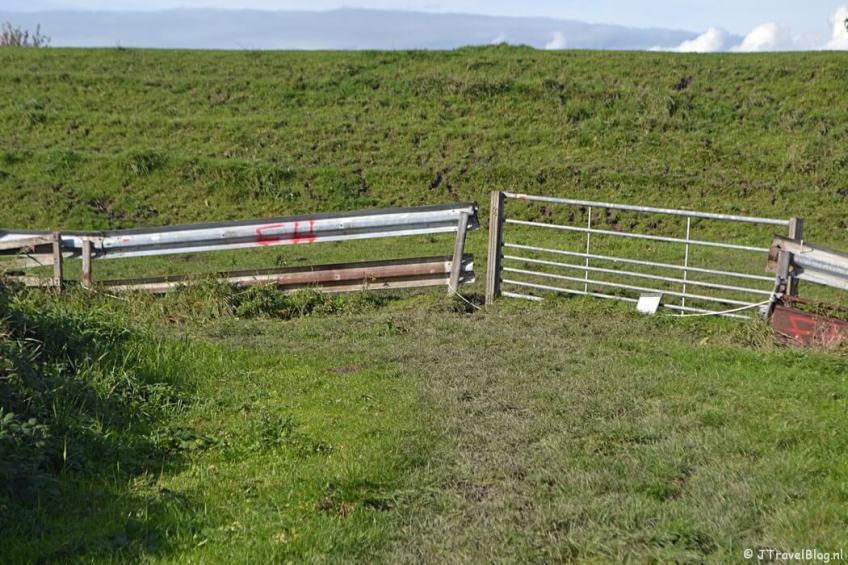 Een hek in Muiden aan het eind van het onverharde pad en aan het begin van de dijk tijdens de 3e etappe van het Westerborkpad