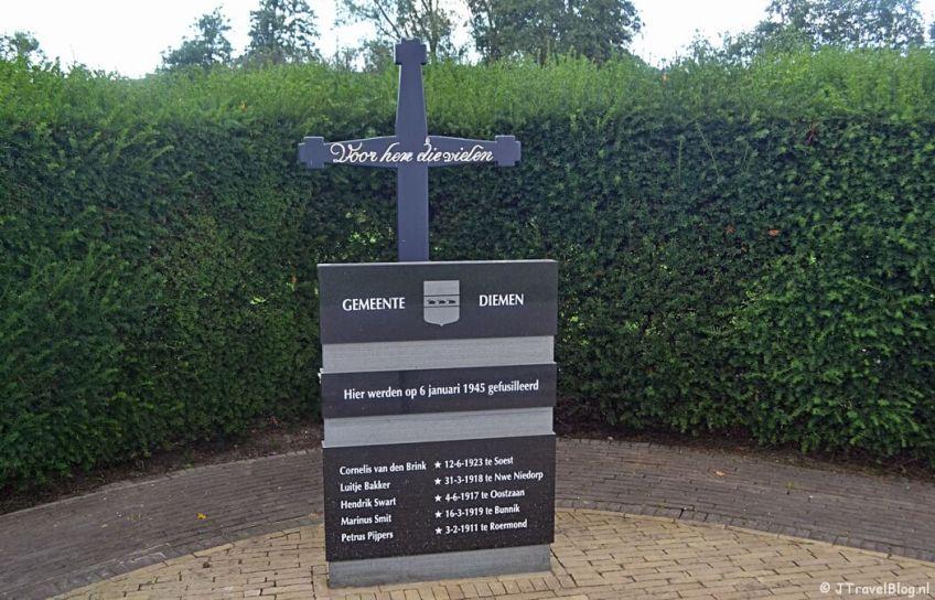 Het Herdenkingskruis aan de Muiderstraatweg in Diemen tijdens de 2e etappe van het Westerborkpad