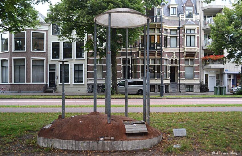 Het kunstwerk Eiland voor de gekoesterde stand van zaken van Hilke Walraven tijdens mijn wandeling langs de Beeldengalerij in Haarlem