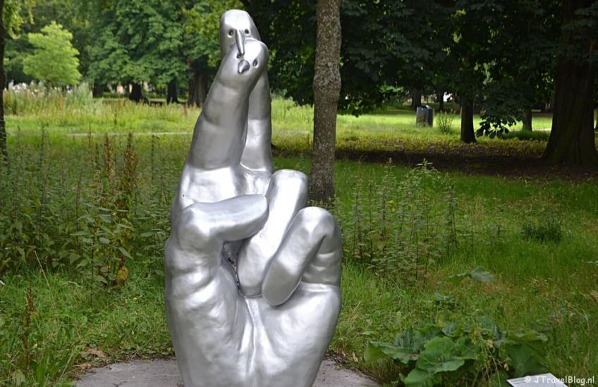 Het kunstwerk Fingers Crossed van Frank Koolen tijdens mijn wandeling langs de Beeldengalerij in Haarlem