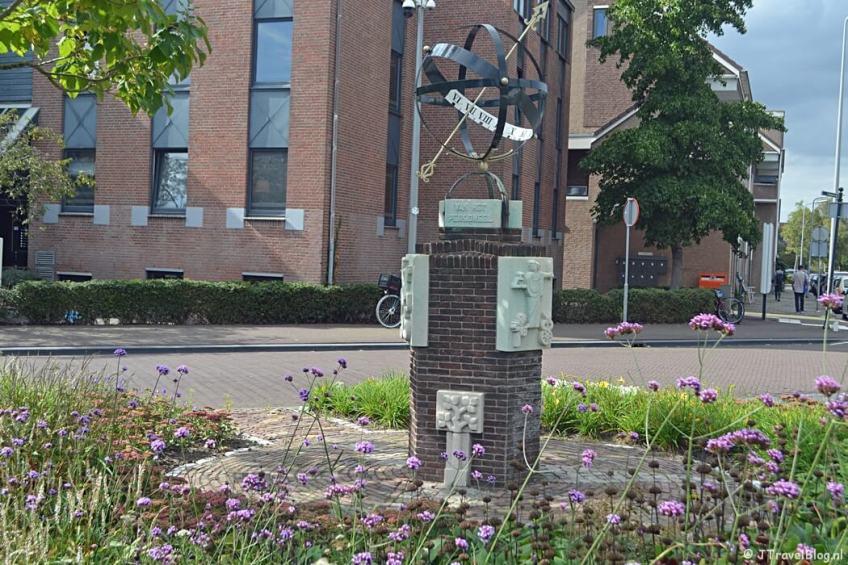 Het oorlogsmonument voor het station van Weesp tijdens de 2e etappe van het Westerborkpad