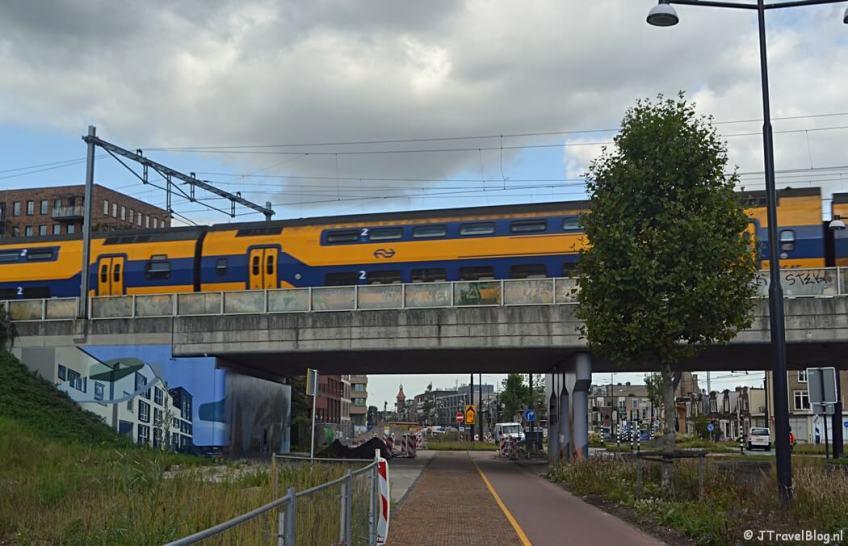Het spoorviaduct aan de Muiderstraatweg in Diemen tijdens de 2e etappe van het Westerborkpad