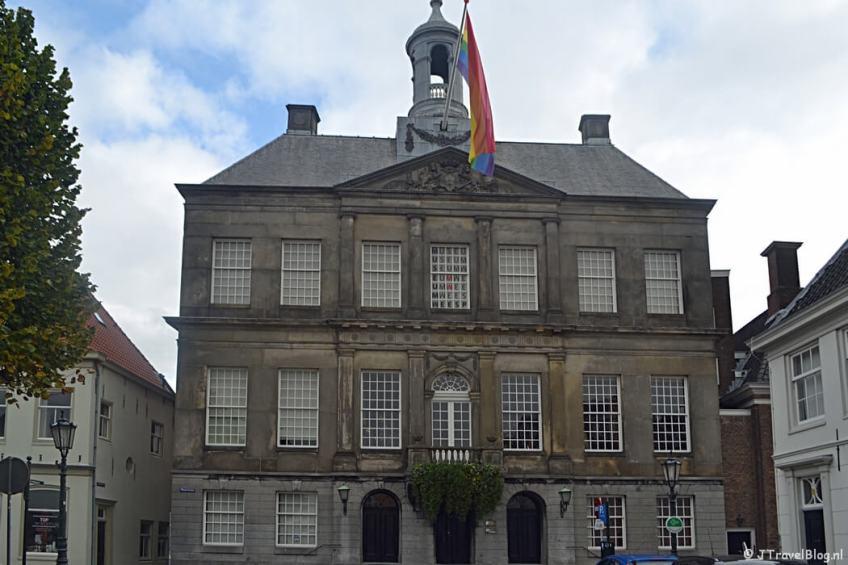 Het stadhuis van Weesp tijdens de 3e etappe van het Westerborkpad
