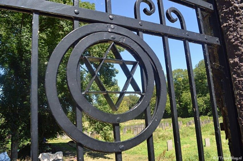 De Joodse begraafplaats bij het Flevopark tijdens de 1e etappe van het Westerborkpad