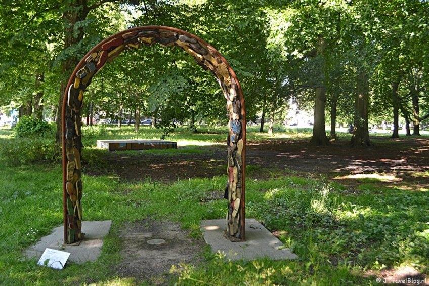 Het kunstwerk The Walk of Shame van Eline de Lange tijdens mijn wandeling langs de Beeldengalerij in Haarlem