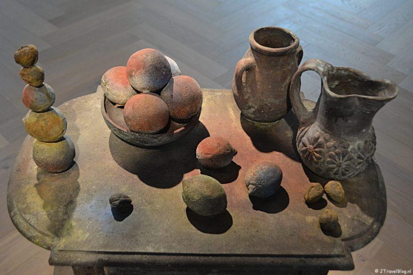 Kunstwerk Nihilist Table (II) van kunstenaar Folkert de Jong in het LAM Museum in Lisse