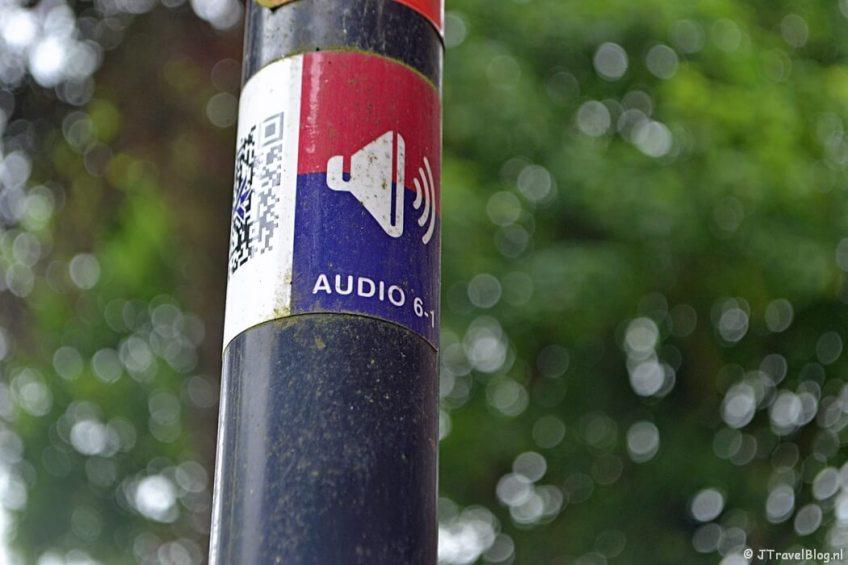 Het markeringsteken van het WesterborkLuisterpad tijdens de 6e etappe van het Westerborkpad