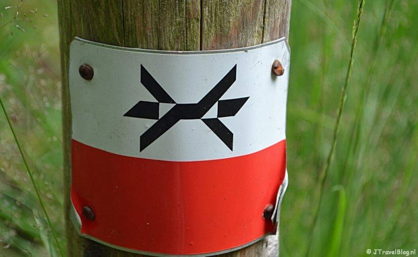Markeringsteken van het Westerborkpad tijdens de 7e etappe van het Westerborkpad