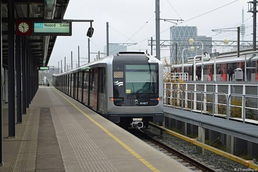 De metro op Station Zuid in Amsterdam