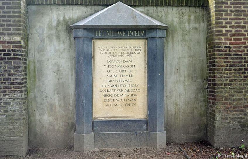 Het Monument 'Het Nieuwe Lyceum' in Hilversum tijdens de 6e etappe van het Westerborkpad