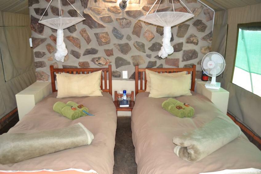 De binnenkant van mijn tent in Mondjila Safari Camp nabij het Etosha National Park in Namibië