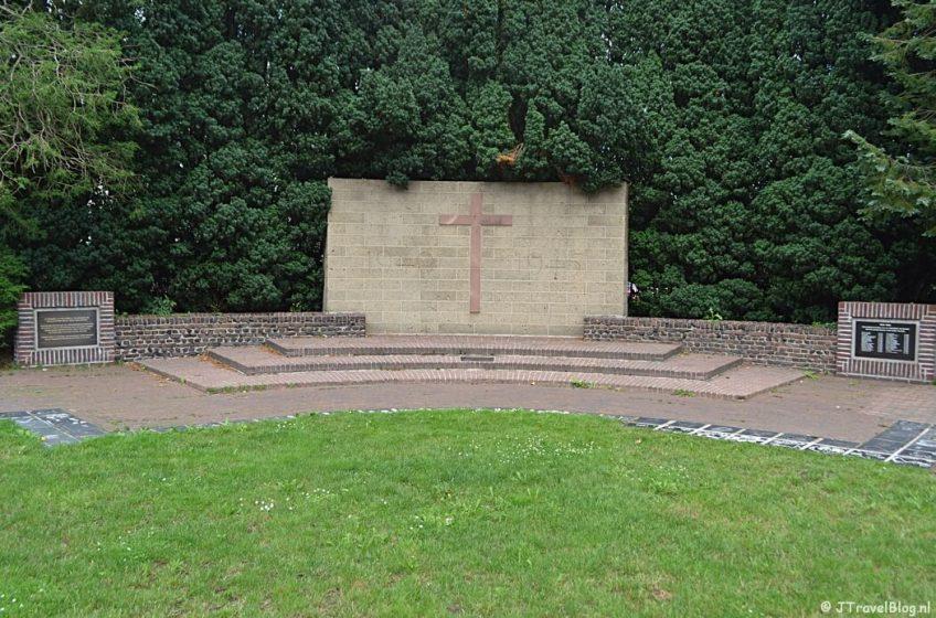Oorlogsmonument in Baarn tijdens de 7e etappe van het Westerborkpad