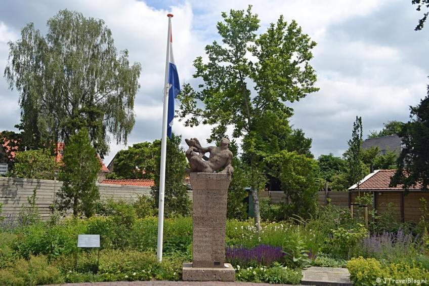 Oorlogsmonument in Nieuw-Loosdrecht tijdens de 6e etappe van het Westerborkpad