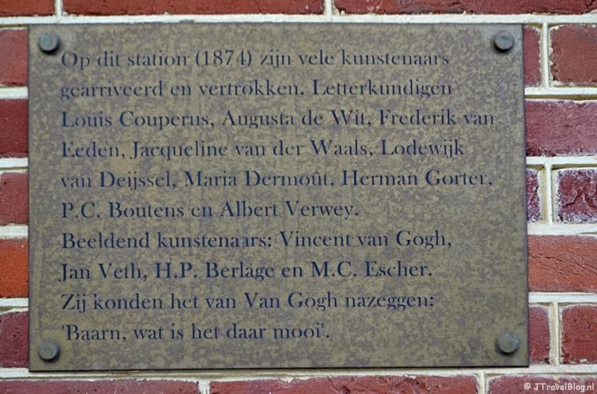 Plaquette bij Station Baarn tijdens de 7e etappe van het Westerborkpad