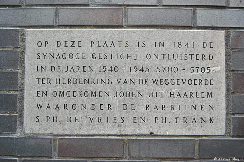 Plaquette in de muur bij de oude Joodse Synagoge tijdens de Vrijheidswandeling in Haarlem