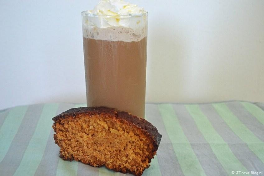Recept : IJskoffie met een plak geglazuurde honingcake