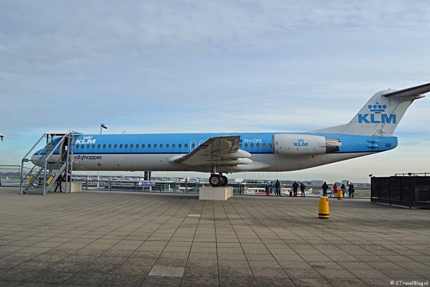 De Fokker 100 van KLM Cityhopper op het Panoramaterras op Schiphol