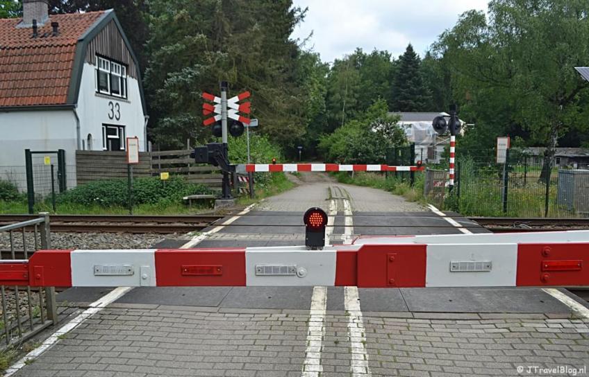 Spoorwegovergang op de Dr. Albert Schweitzerweg tijdens de 7e etappe van het Westerborkpad