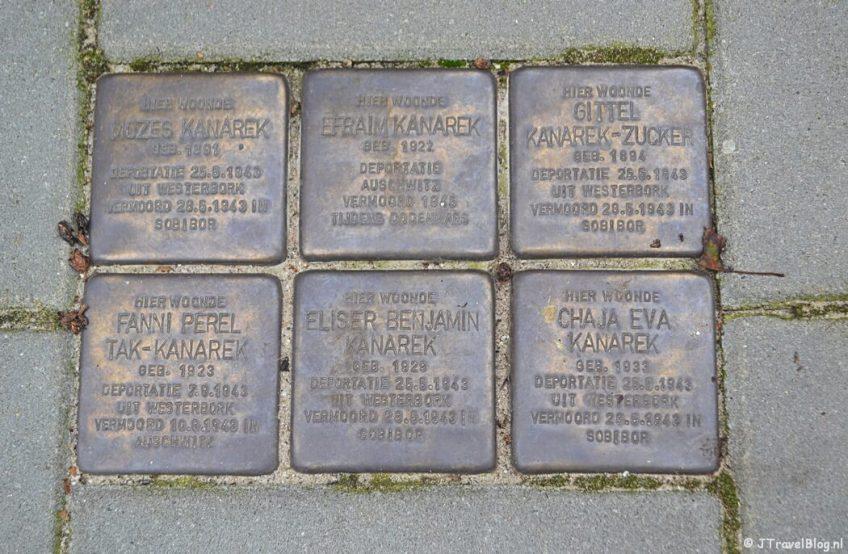 Stolpersteine van de familie Kanarek aan het Stationsplein 111 in Weesp tijdens de 2e etappe van het Westerborkpad