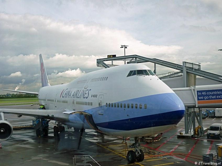 Het vliegtuig van China Airlines op Schiphol voor de vlucht naar Bangkok