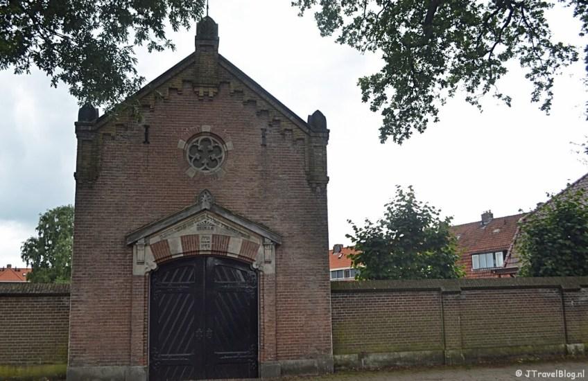De voorkant van het metaarhuis op de Joodse begraafplaats in Amersfoort tijdens de 8e etappe van het Westerborkpad