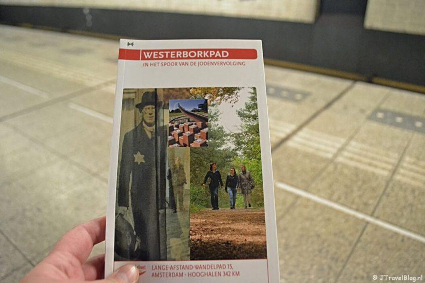 Wachtend op de metro in Amsterdam na het lopen van etappe 0 van het Westerborkpad