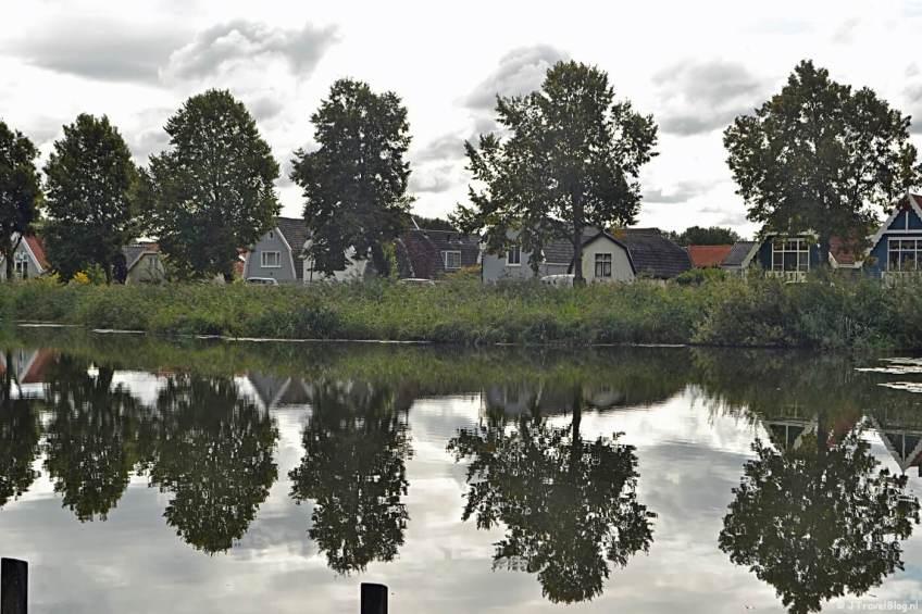 De houten huizen van de 'vuurlinie' vanaf de Rooseboom Schans