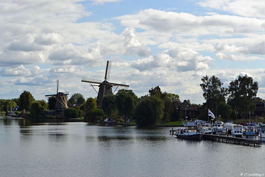 Twee molens in Weesp: De Vriendschap (rechts) en daarachter de Eendragt