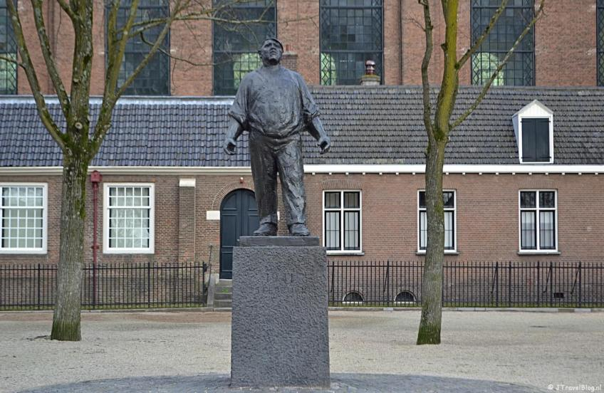 Het standbeeld van de Dokwerker op het J.D. Meijerplein in Amsterdam