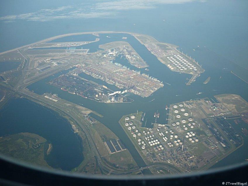 De Rotterdamse haven vanuit het vliegtuig op dag 22 van mijn 22-daagse rondreis door Zuid-Afrika en Namibië