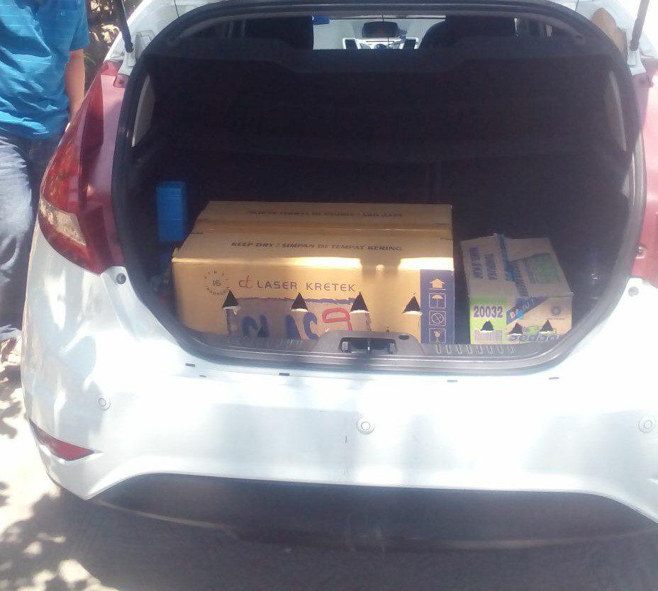 Pelanggan jualayamhias.com datang ke kandang utama, memilih ayam dan langsung bisa di bawa pulang