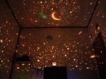 Lampu tidur unik dengan proyeksi motif bintang yang indah. Ketika dinyalakan di dalam ruangan, pada langit - langit dan di dinding kamar akan terdapat bintang-bintang, serasa berada di luar ruangan dengan suasana bintang- bintang di langit. Lampunya yang soft, berputar, dan adanya musik yang lembut membuat tidur serasa lebih nyaman. Ayo beli buat si kecil di rumah untuk menemani tidur anak anda. Bisa juga untuk kado pasangan anda, apalagi bila anda menyiapkan surprise, ketika sudah seharian bekerja dengan aktivitas yang padat,betapa romantisnya ketika memasuki ruangan tidur ditemani bintang - bintang yang sangat indah ini...So Romantic ^0^ Detail Produk : - Diameter 11cm - Tinggi 12 cm - Power menggunakan Adaptor ( sudah termasuk di dalamnya )