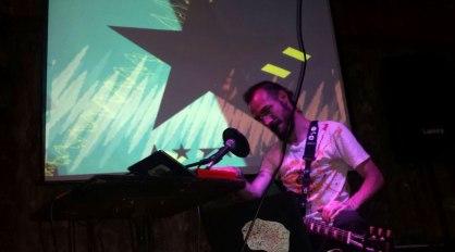 dada en el Cafe Bizarro | Loopeando el sintetizador by Oswaldo V.