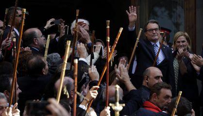 Los bastones alzados en señal de reconocimiento. Foto elpais.com