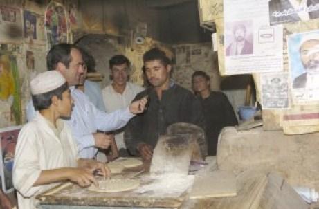 Bono, en su etapa como Ministro de Defensa, regala un reloj a un panadero Afgano.