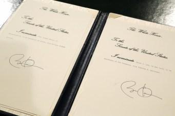 Aunque no es precismente parte de la ceremonia, sirve para observar hasta qué punto se preserva la forma de hacer las cosas. Observa la cruz - realizada a lápiz, que sirve para indicar a Obama dónde debe firmar.