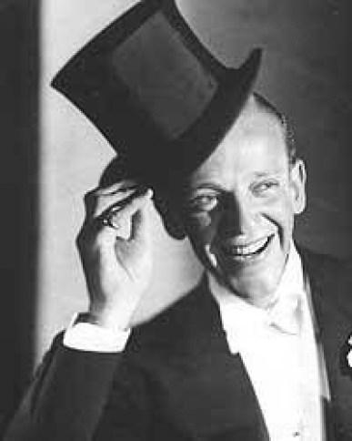 Fred Astaire se quita el sombreo para saludar a su público
