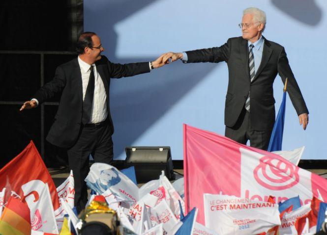 Hollande recibe la sabiduría de Lionel Jospin a través de las manos. Foto Bob Edme