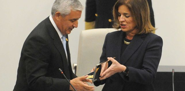 La Alcaldesa de Madrid entrega las llaves de Madrid al Presidente de Guatemala.