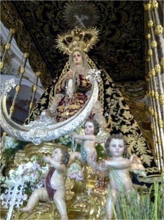 """La """"Socorrita"""" sube la empinada cuesta que lleva a su templo a la carrera o, como se dice en Antequera, """"a la Vega"""""""