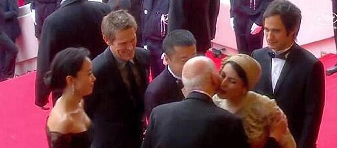 La actriz iraní Leila Hatami besando a Gilles Jacob. fotografía de El mundo edición digital.