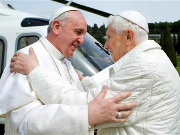 Los Papas Francisco y Benedicto XVI se abrazan en su primer encuentro. Una foto para la historia