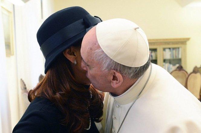 Nunca se vió a un Papa besar a una mujer. Esta fotografía cobra especial importancia porque el Cardenal Bergoglio no fue de la devoción de la Presidenta Argentina.