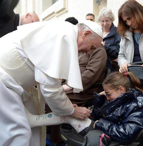 S.S Francisco rompiendo el protocolo al firmar la escayola a una niña