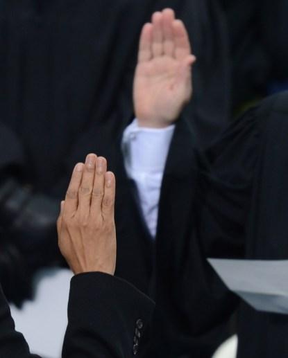 Observa las manos. En especial la de Obama que se ha quitado el guante para efectuar el juramento.