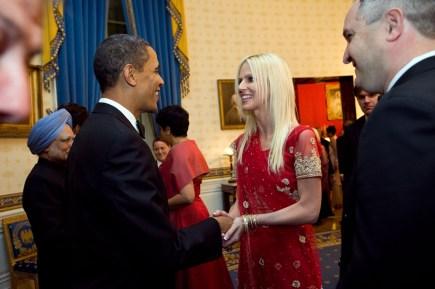 La Sra. Salahi -estafadora- saluda al Presidente Obama.