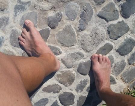 Pies descalzos en superficie inclinada e irregular.