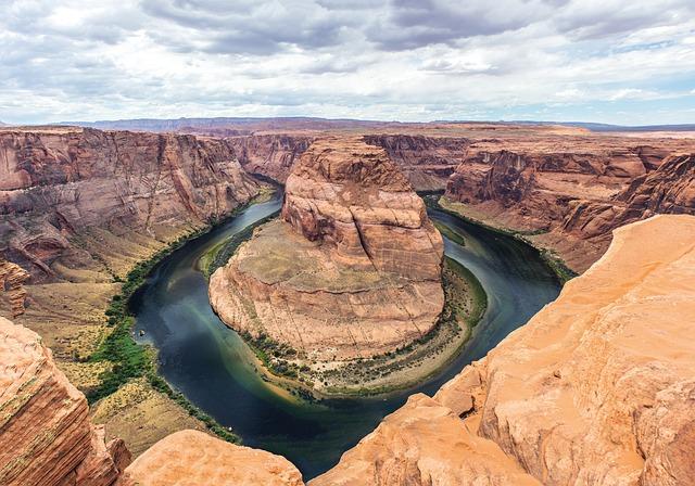 Río entre la roca